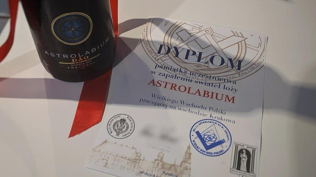 Dyplom - pamiątka uczestnictwa w zapaleniu świateł Loży Astrolabium Wielkiego Wschodu Polski pracującej na Wschodzie Krakowa